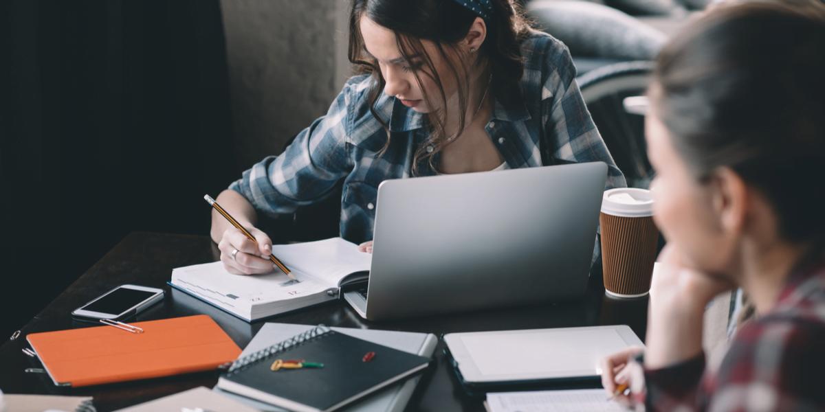 Studentin schreibt Abstract für ihre Bachelorarbeit