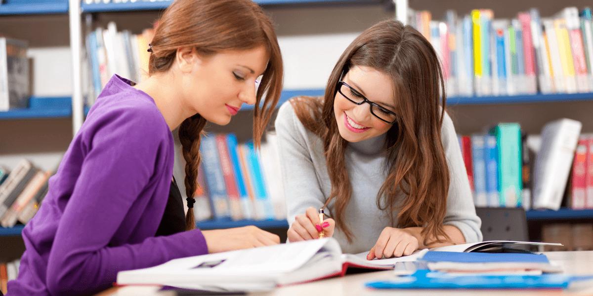 Menschen lernen gemeinsam in der Bibliothek
